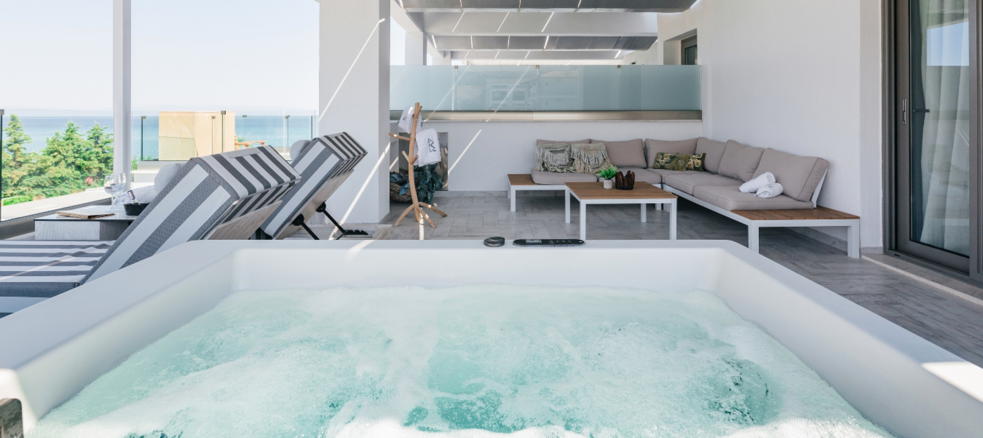 2-Level outdoor jacuzzi suite / side sea view